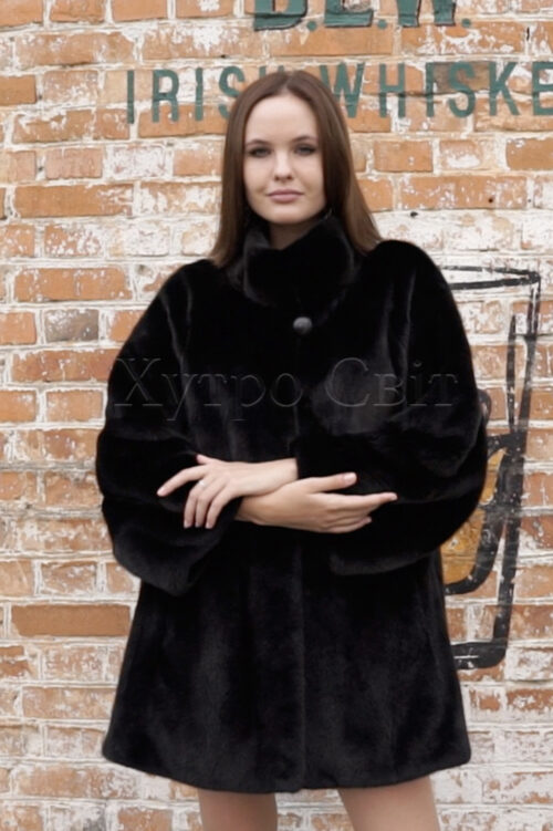 продукция производителя  ХутроСвіт Тисмениця 2021 Норковое манто черного цвета с воротником стойка, фото 1
