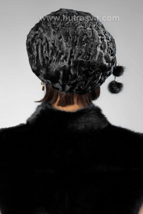 Цены на шубы и зимние шапки из меха каракуль - мягкий берет, цвет черный, шапка регулируется резинкой по ободу. Очень износостойкая, не боится плохой погоды. На фото девушка в жилетке из норки., фото 4