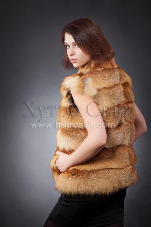Жилет-безрукавка з натурального хутра лисиці, дуже практична і тепла. Колір рудий (лисиця звичайна), довжина виробу 60-65 см. Модель з каталогу шуб Хутросвіт, Тисмениця, фото 2