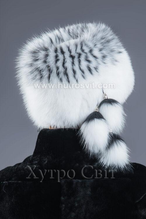 Стильная женская шапка белый песец с черными вставками на трикотаже, фото 2